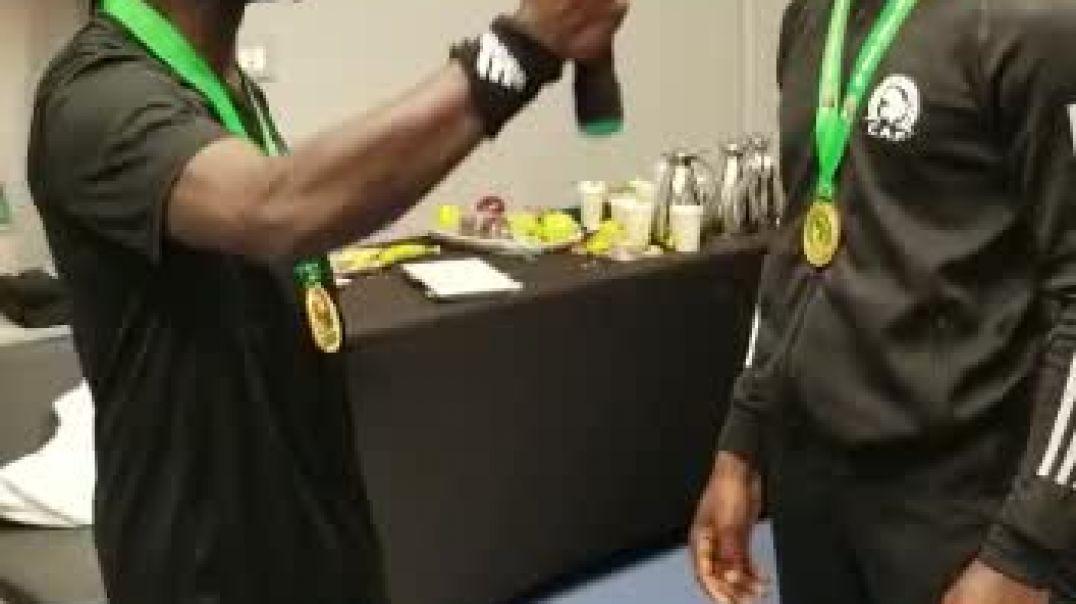 Rétro CAN 2019: Incroyable, mais que fait cet arbitre assistant camerounais à son collègue?