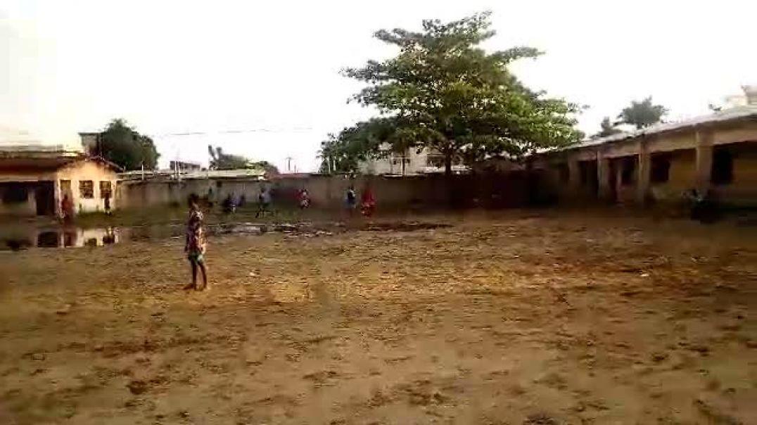 Le foot malgré l'eau. Trinité Singbo