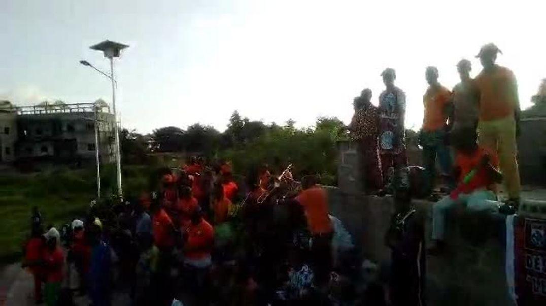 Les supporters en liesse après le but de Dragons FC. Trinité Singbo