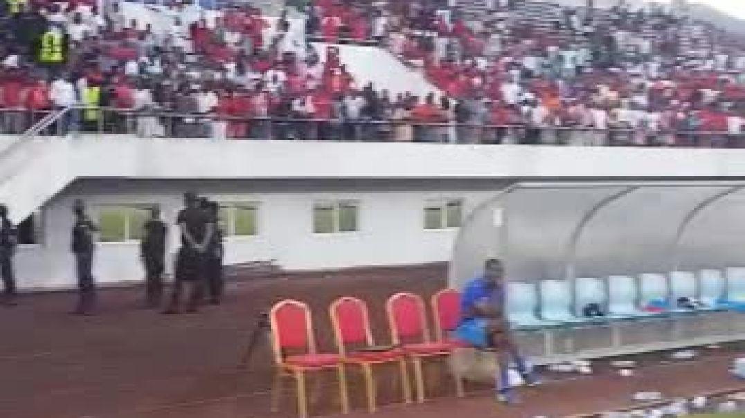 FC AKONANGUI,l'entraîneur Camerounais du club porté en triomphe après la victoire finale de la super