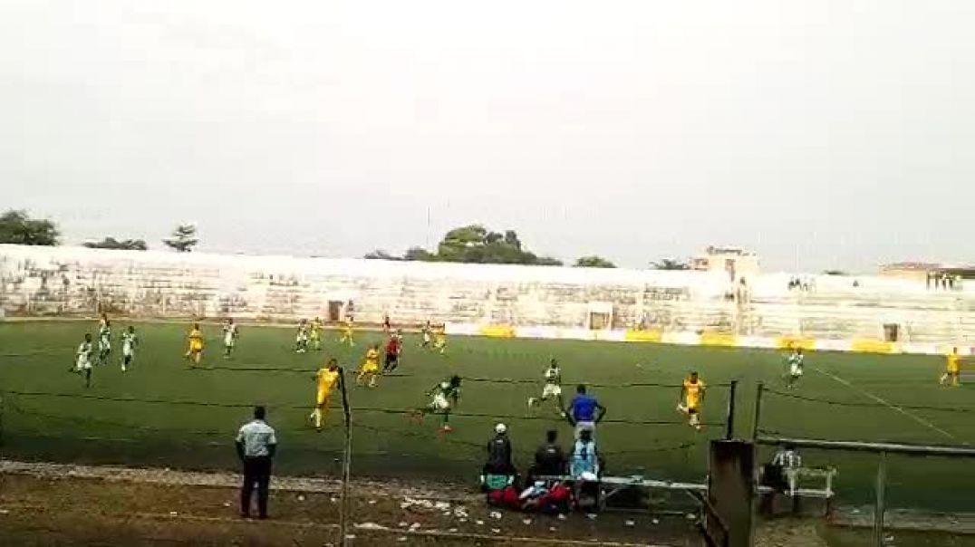Le football dans l'ambiance. Trinité Singbo