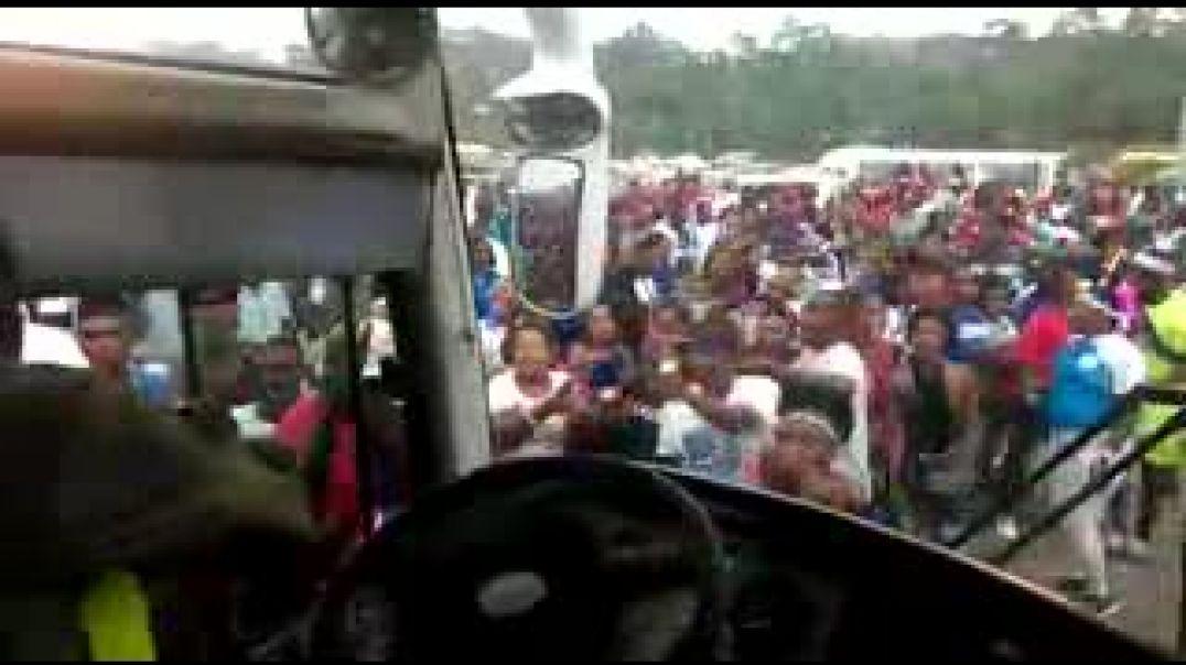 Escorte des joueurs d'Akonangui FC par les supporters