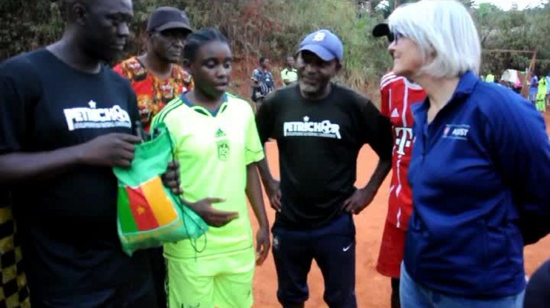 [Cameroun] Foot Féminin l envoyé de fifa reçois son cadeau  par Vincent Kamto