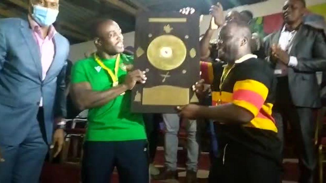 Remise de trophée aux vainqueurs coupe de rugby